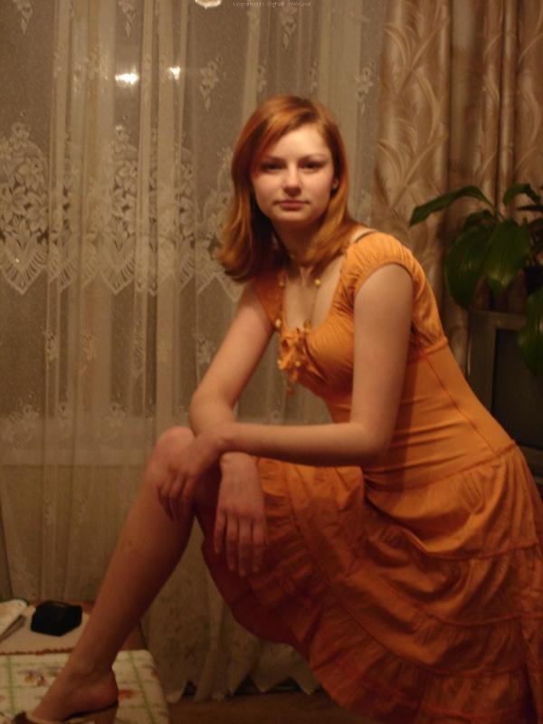Рыжая девушка в черном белье встала раком на двухспальной кровати 24 фото