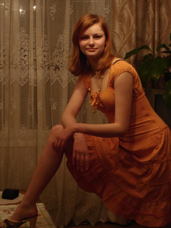 Рыжая девушка в черном белье встала раком на двухспальной кровати 22 фото