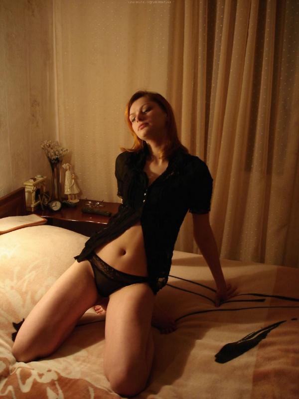 Рыжая девушка в черном белье встала раком на двухспальной кровати 32 фото