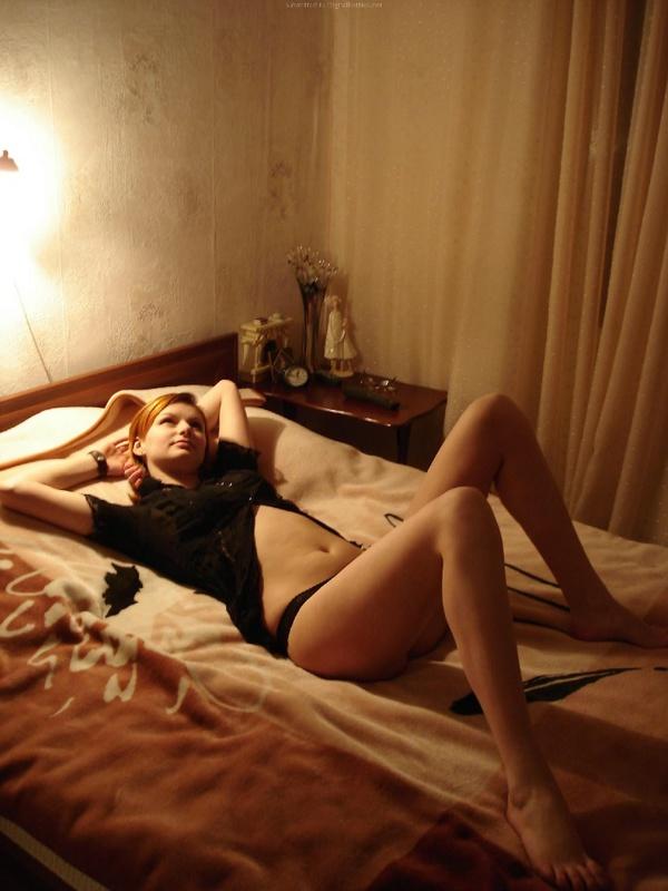 Рыжая девушка в черном белье встала раком на двухспальной кровати 33 фото