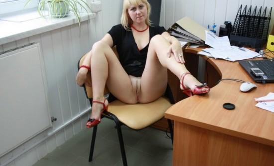 Русская секретарша светит голой киской на офисном столе и кресле 4 фото