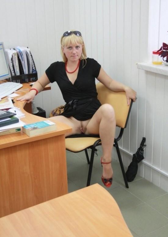 Русская секретарша светит голой киской на офисном столе и кресле 5 фото