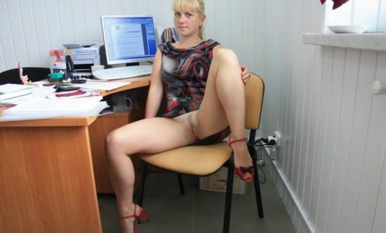 Русская секретарша светит голой киской на офисном столе и кресле 6 фото