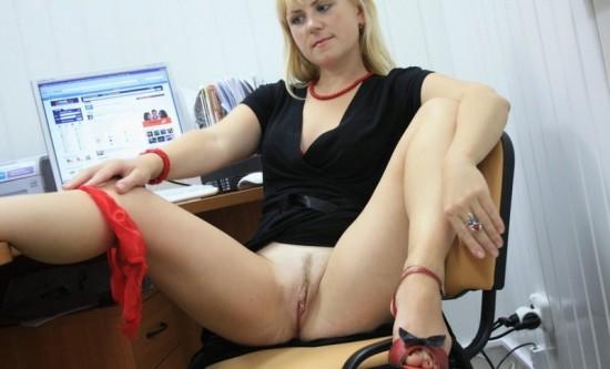 Русская секретарша светит голой киской на офисном столе и кресле 9 фото