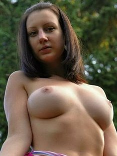 Грудастая девушка собирается позировать на свежем воздухе в поле