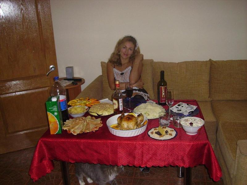 Одинокая секретарша в униформе служанки позвала коллегу на ужин 12 фото