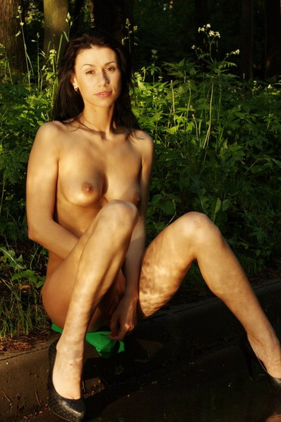 Оголила свое тело на природе 21 фото