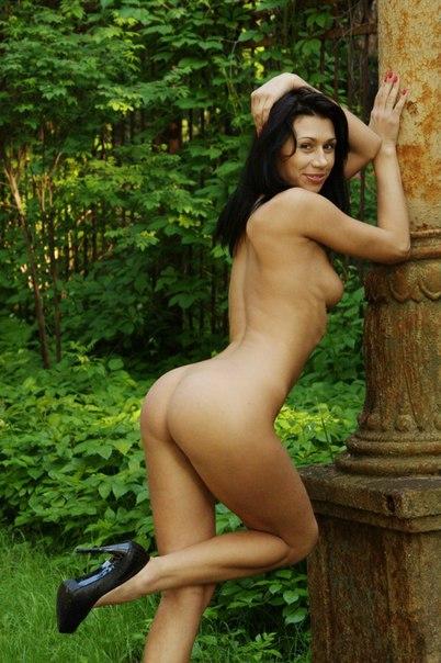 Оголила свое тело на природе 3 фото
