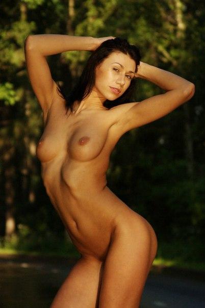Оголила свое тело на природе 15 фото