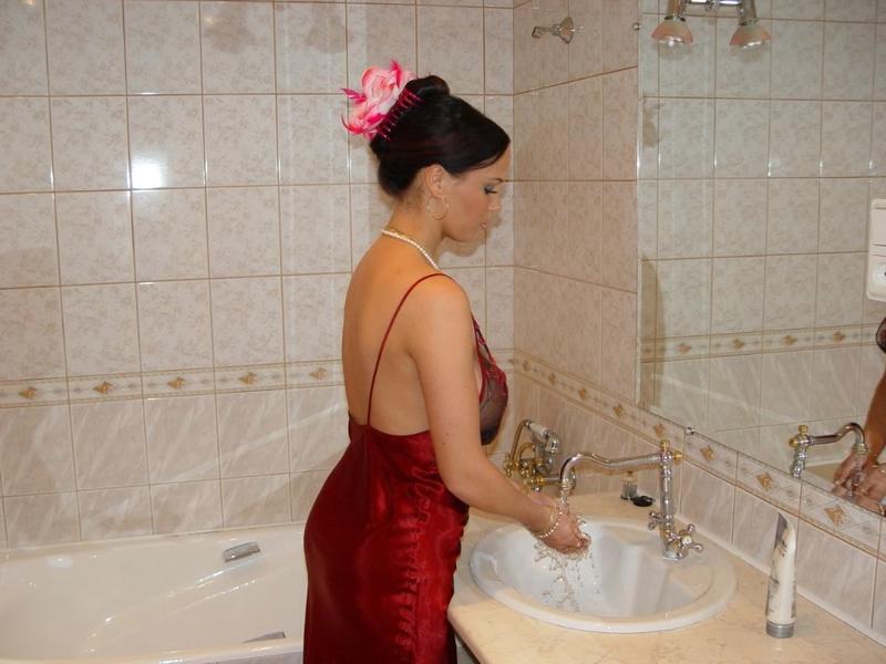 Брюнетка с большими дойками расслабляется в ванной 1 фото