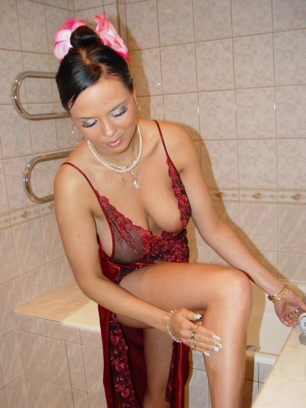 Брюнетка с большими дойками расслабляется в ванной 8 фото