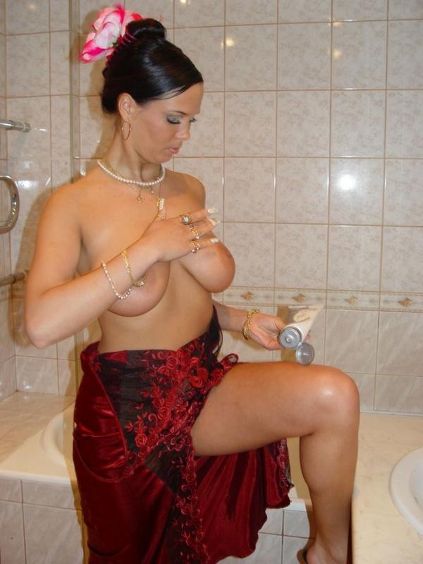 Брюнетка с большими дойками расслабляется в ванной 11 фото