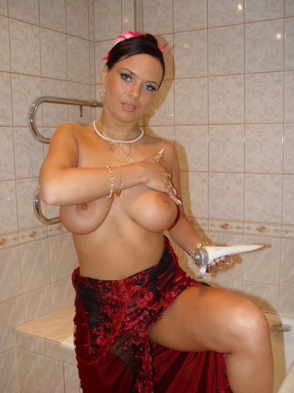 Брюнетка с большими дойками расслабляется в ванной 12 фото