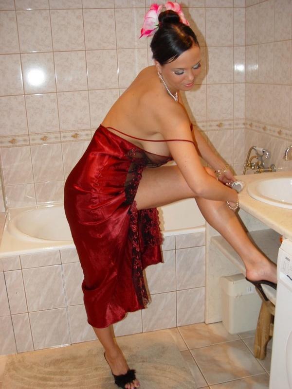 Брюнетка с большими дойками расслабляется в ванной 7 фото
