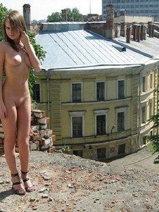 Длинноногая россиянка в туфлях разгуливает по городу нагишом