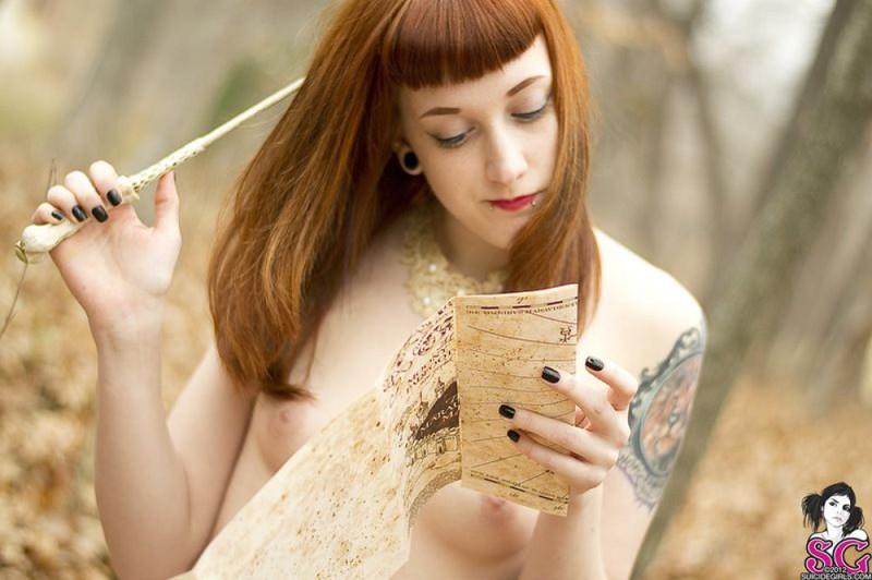 Рыжая баба с татуировками в образе ведьмы сняла платье в лесу 12 фото