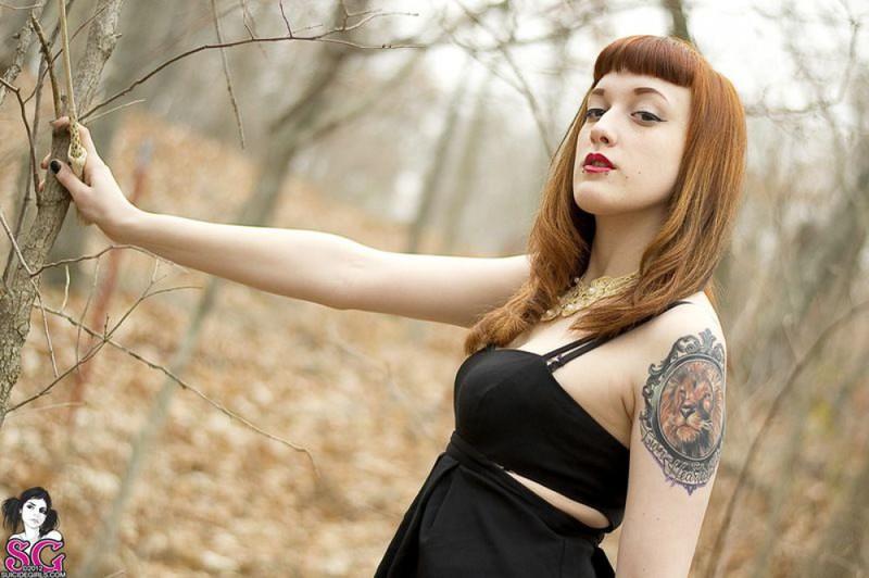 Рыжая баба с татуировками в образе ведьмы сняла платье в лесу 8 фото