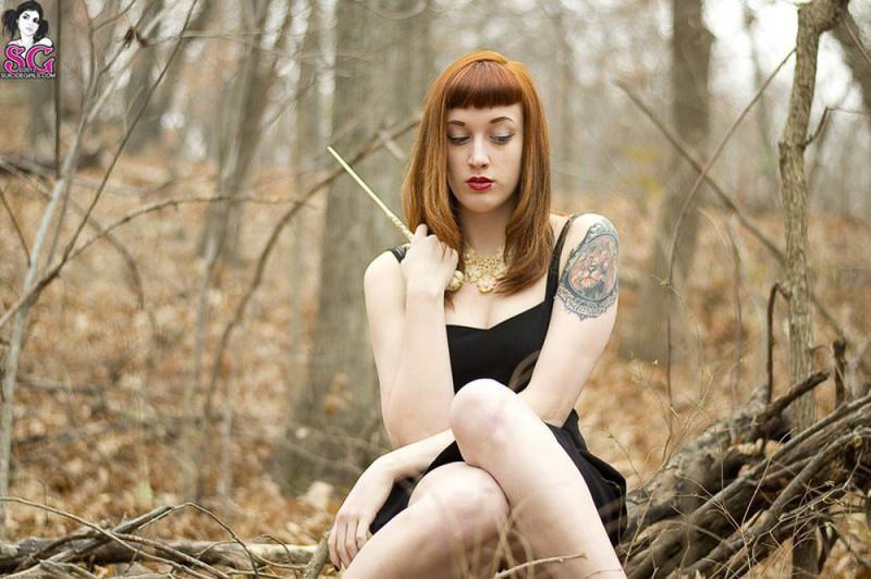 Рыжая баба с татуировками в образе ведьмы сняла платье в лесу 23 фото