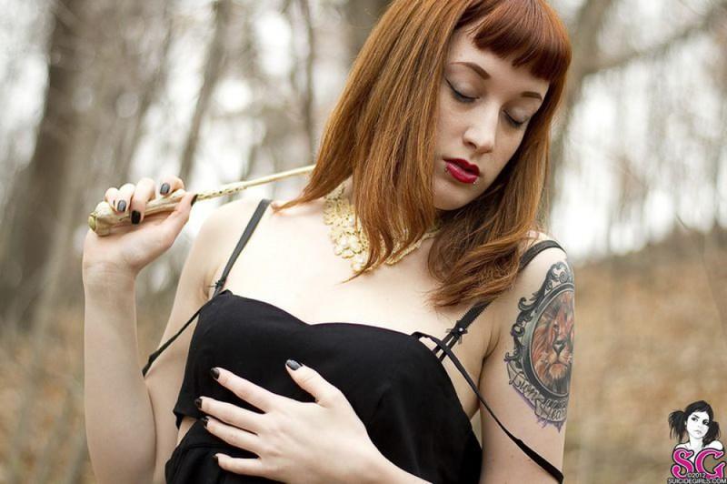 Рыжая баба с татуировками в образе ведьмы сняла платье в лесу 9 фото