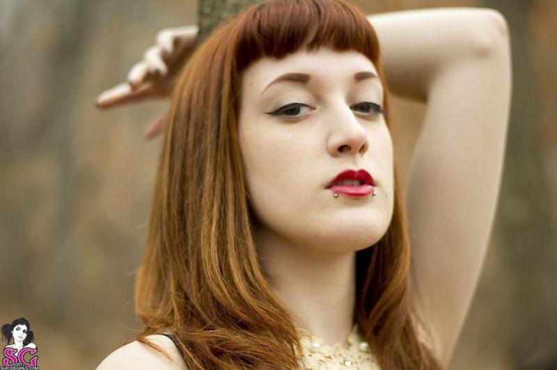 Рыжая баба с татуировками в образе ведьмы сняла платье в лесу 22 фото