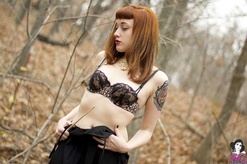 Рыжая баба с татуировками в образе ведьмы сняла платье в лесу 16 фото