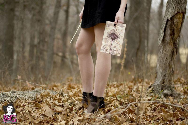 Рыжая баба с татуировками в образе ведьмы сняла платье в лесу 31 фото