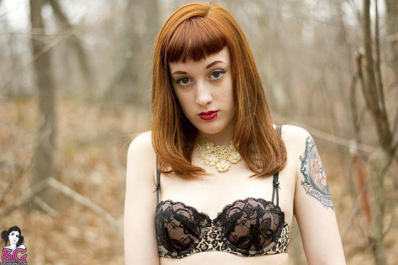 Рыжая баба с татуировками в образе ведьмы сняла платье в лесу 7 фото
