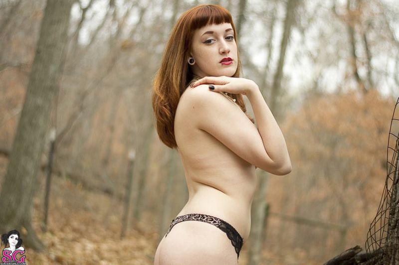 Рыжая баба с татуировками в образе ведьмы сняла платье в лесу 37 фото