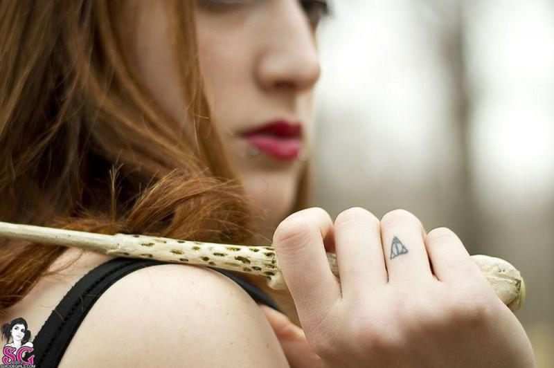 Рыжая баба с татуировками в образе ведьмы сняла платье в лесу 35 фото