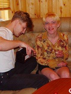 18летний парень напоил 30летнюю блондинку и трахнул на диване