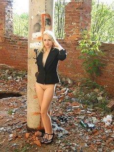 Блондинка проспорила другу и разделась на заброшенной стройке