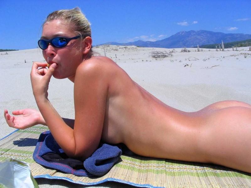 Блондинка на пляже раздвигает ноги даёт киске загореть 5 фото
