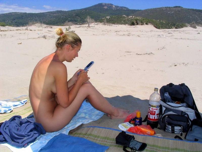 Блондинка на пляже раздвигает ноги даёт киске загореть 9 фото