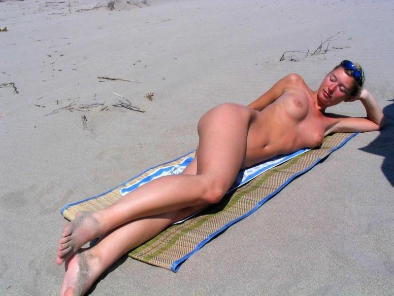 Блондинка на пляже раздвигает ноги даёт киске загореть 10 фото