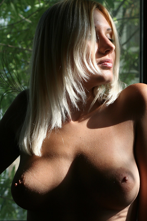 Милая блондинка красиво позирует голышом в беседке 12 фото
