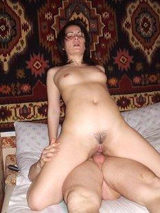 Женщина вертит своей голой писькой и трахается где попало