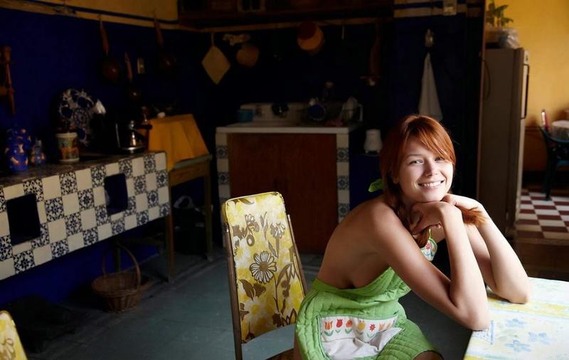 Рыженькая домохозяйка на кухне одела фартук на голое тело 1 фото