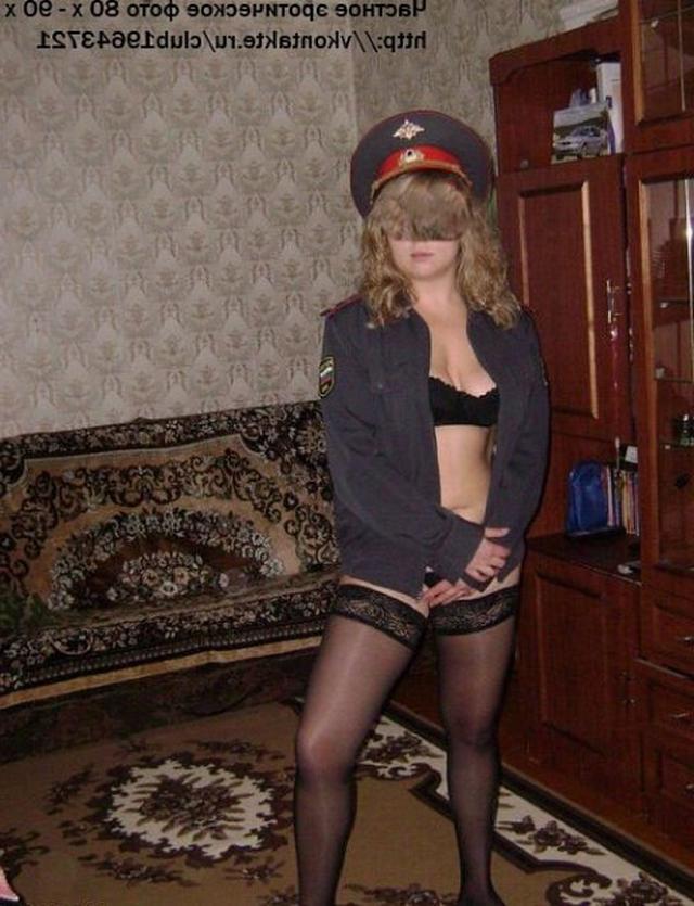 Русская телка из 90х примеряет военную фуражку 9 фото