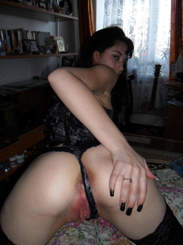Молодая жена насаживается щетинистой киской на стояк супруга 3 фото