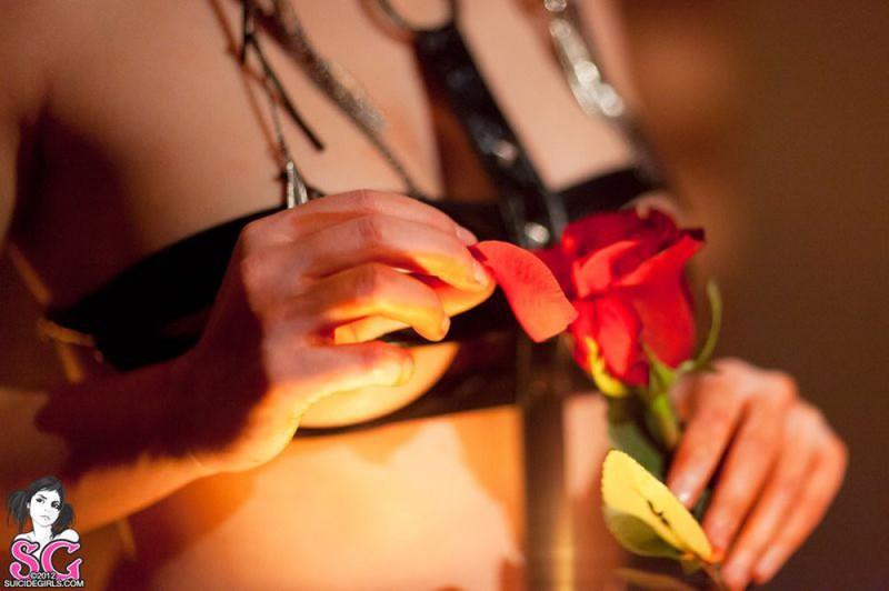 Брюнетка в длинных сапогах снимается у камина с топором и розой 7 фото