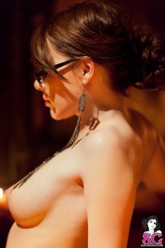 Брюнетка в длинных сапогах снимается у камина с топором и розой 31 фото