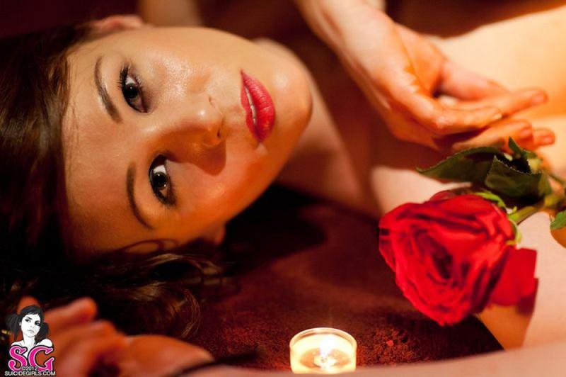 Брюнетка в длинных сапогах снимается у камина с топором и розой 27 фото