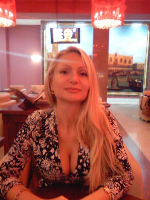 Блондинка спустила штаны и нагнулась раком возле речки 7 фото