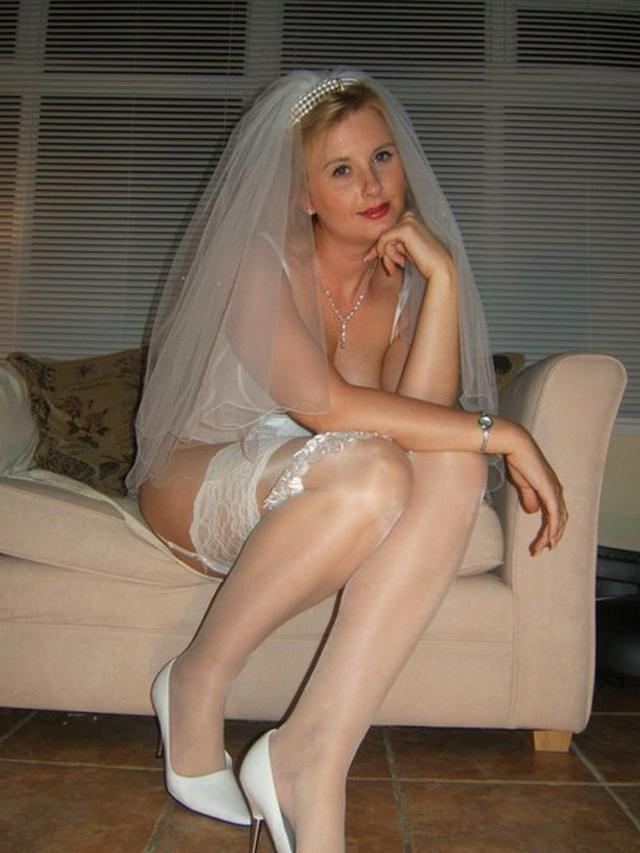 Модель дрочит киску и сосет члены в образе секретарши, невесты и не только 24 фото