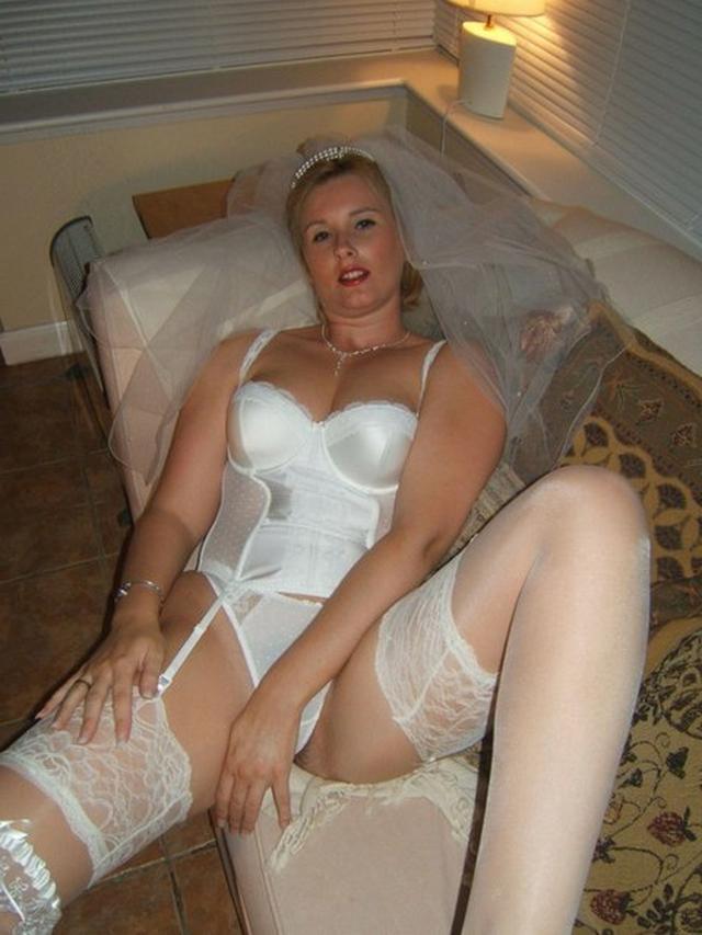 Модель дрочит киску и сосет члены в образе секретарши, невесты и не только 25 фото