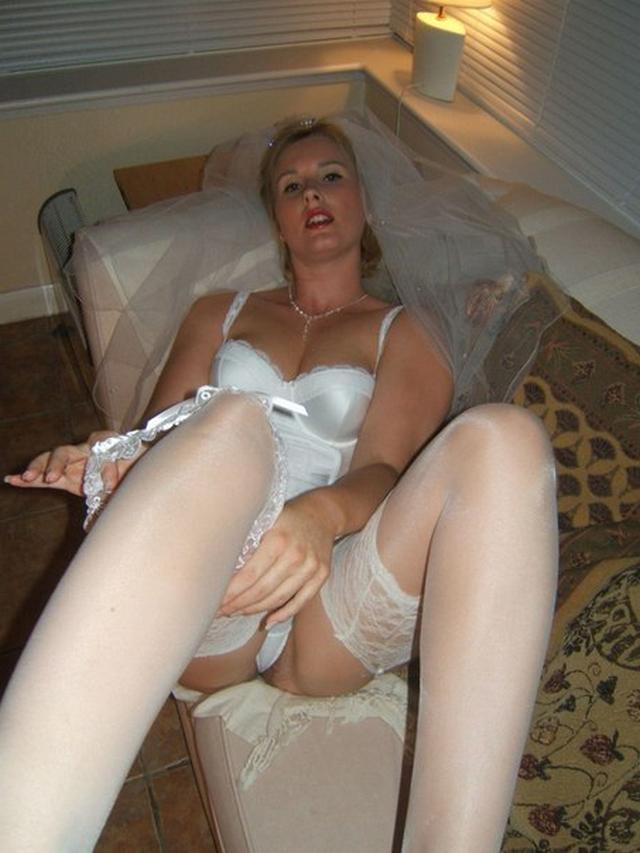 Модель дрочит киску и сосет члены в образе секретарши, невесты и не только 36 фото