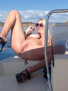 Белокурая туристка разделась на палубе яхты