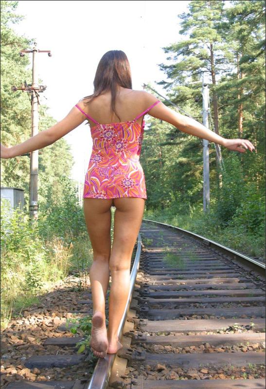 Русская студентка сняла розовое платье на путях железной дороги 2 фото