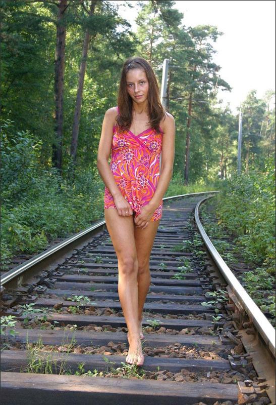 Русская студентка сняла розовое платье на путях железной дороги 1 фото
