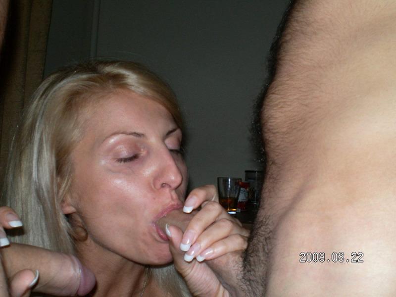 Русская блондинка замужем делает любовникам групповой минет 9 фото